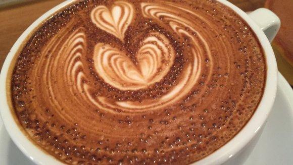 築地駅近のお洒落カフェで味わう、ふわふわラテアートと朝ドラ