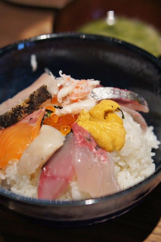 昼時はサラリーマンで大盛況!安くて美味い海鮮定食が人気の店