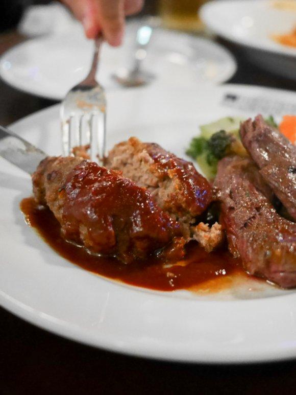 肉汁溢れる飲み食べ放題!3,180円でアメリカの味を堪能できるお店