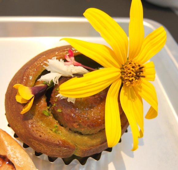 食とアートの融合!独創的なパンが揃うベーカリーレストランがオープン