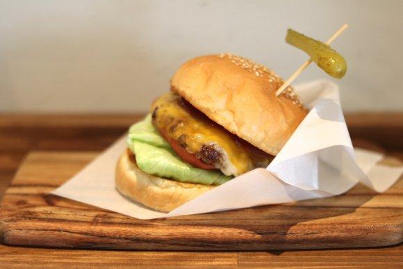朝10時から営業!種類豊富なハンバーガーとサンドイッチが人気のカフェ