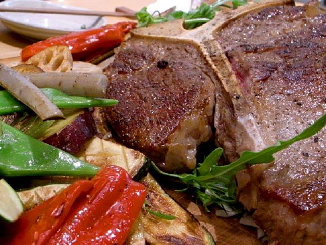 驚きの塊肉!豪快なTボーンステーキで肉尽くしを堪能