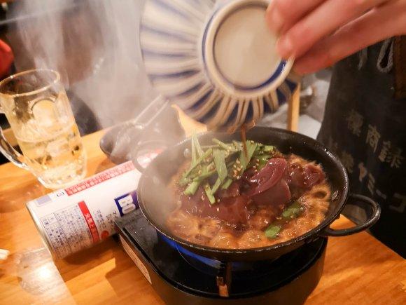 常に満席の人気酒場!新鮮朝挽きモツを使った名物料理「レバ煮ラ」が旨い