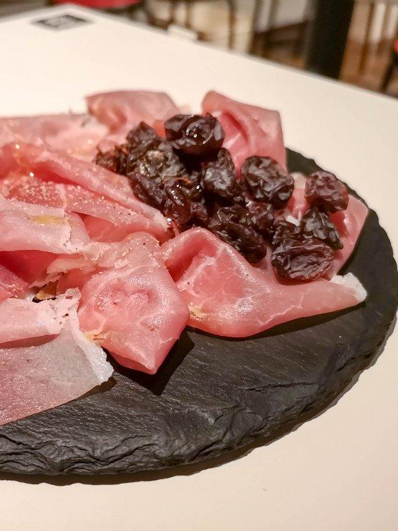 ワイン飲み放題が驚きの価格!コスパ抜群の肉卸問屋直営店で塊肉を味わう
