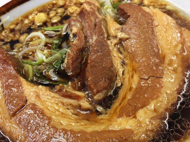 インパクト絶大!分厚い塊肉がドーンと一枚のった名物「厚肉そば」が旨い
