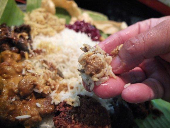 カレーを手で食べる快感!スリランカのご馳走を本場の作法で!