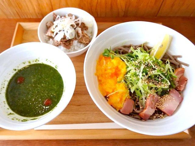 緑の麺つゆにスクランブルエッグ!行列ができる進化系立食いそばがスゴい