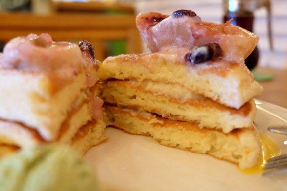 今だけ!桃丸ごと1個乗せのパンケーキは美味しい仕掛けが満載