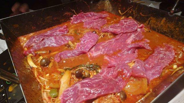 あの肉山の新店「肉山の一階」オープン!野菜も肉もたっぷりの赤身辛々鍋