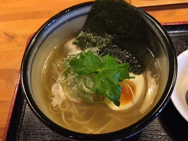 〆アジの炙り寿司に合う!無化調・自然素材を理念に作られた「塩そば」