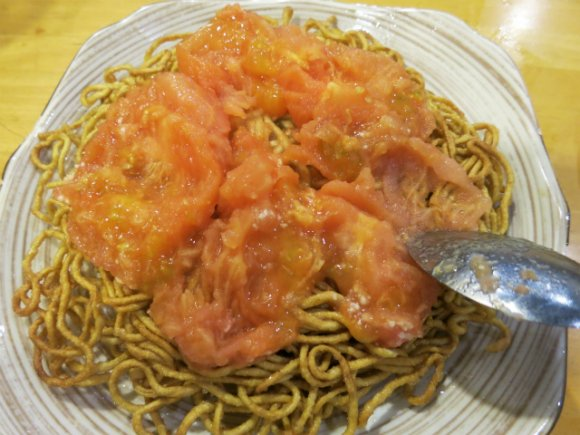驚愕の盛り付けっぷり!中華料理店「帆」のトマト焼きそばが豪快すぎる