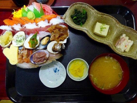 【みゆきちゃん定食】まるで扇風機!ネタが多すぎるコスパ抜群な海鮮丼