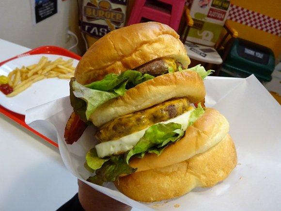 高さ20センチの2段重ね!アゴが外れそうなサイズの巨大ハンバーガー