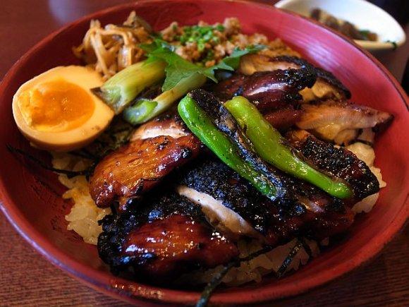 ボリューム満点で大満足!赤坂の焼鳥丼の2強「鳳」「宵の口」