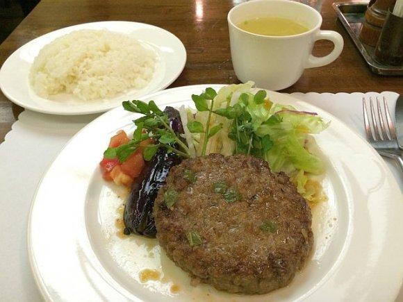 ランチステーキが1080円!新宿の地下に佇む人気の老舗店