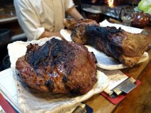 塊肉の迫力に歓声が!とにかく肉料理がウマい下町のもつ焼き屋