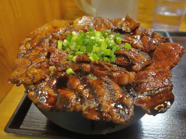 甘辛い肉が爆盛り!学生の胃袋を満たす「豚野郎」の豚丼と夜限定セット