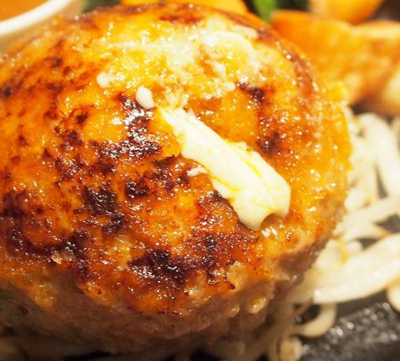 チーズも肉汁も湧き水のように溢れ出す!夢の詰まったハンバーグ専門店