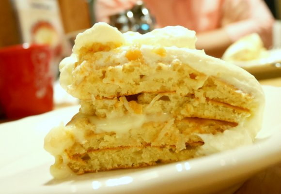 生地の間からとろ~ん♪至福すぎるマカダミアナッツパンケーキ