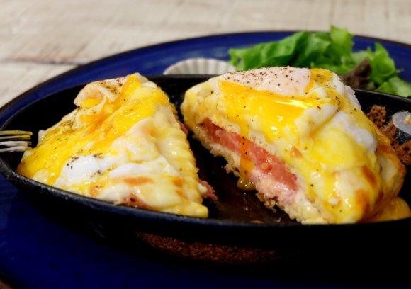 パンケーキに革命!?香ばしチーズと半熟卵のお食事パンケーキ