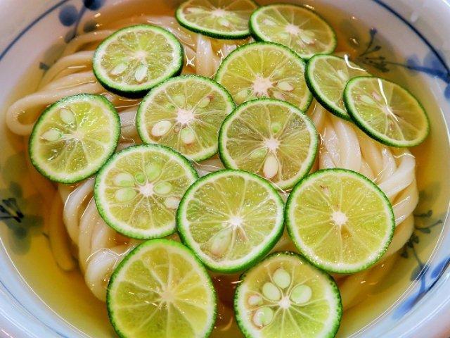 自慢のお出汁にすだちの清涼感!残暑に食べたいひやかけうどん