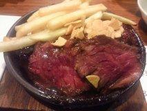 炭焼ステーキが880円!旨い肉が安い、コスパ抜群の肉バル