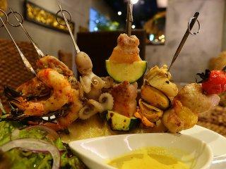 スパイシーなお肉も海鮮も!雰囲気抜群の銀座のアジアン・エスニックバル