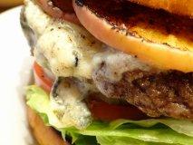独特の風味と食感が癖になる!あまりお目にかかれない「炭火焼バーガー」