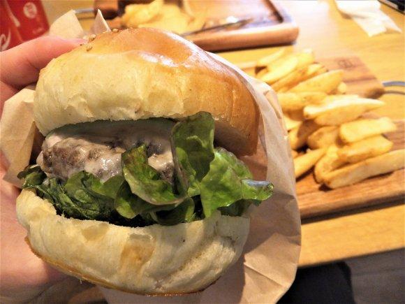 ラムパティに道産小麦のバンズ!北海道全域のご当地バーガーが集結した店