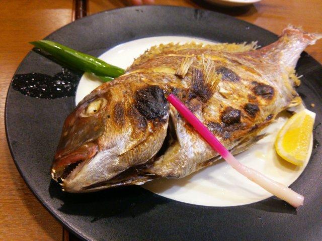 予約3名ごとに鯛1匹サービス!刺身も丼も豪快過ぎる海鮮天国