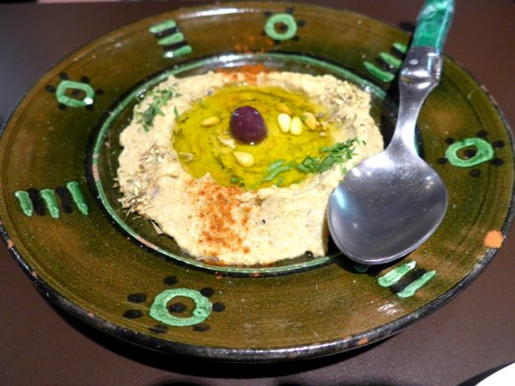 サブカルの聖地に美味しいものあり!生鮮市場の廃墟で賑わう絶品ビストロ