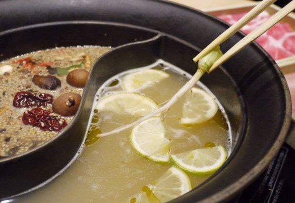 山盛りパクチー食べ放題!夏にピッタリの塩レモンパクチー鍋