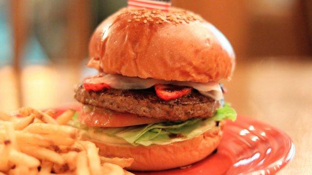 食べられるのは今だけ!いちごと生ハムの相性が抜群の限定ハンバーガー