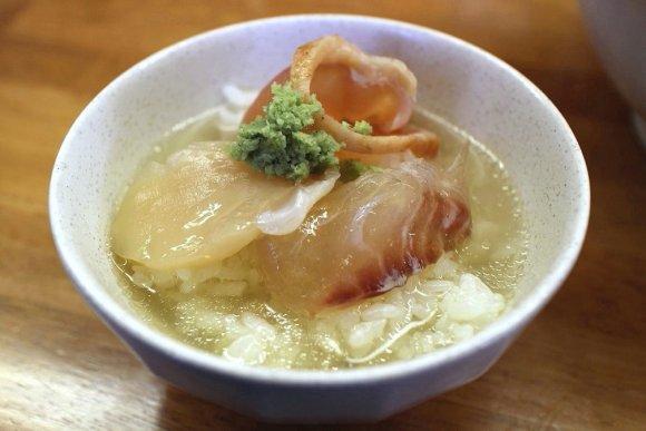 透明感抜群のスープに全粒粉麺!濃厚ガッツリ二郎系で驚きの限定メニュー
