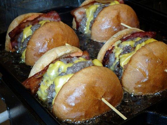 逆転の発想が産む「切ったやつ」が熱い!断面を豪快に焼いたハンバーガー