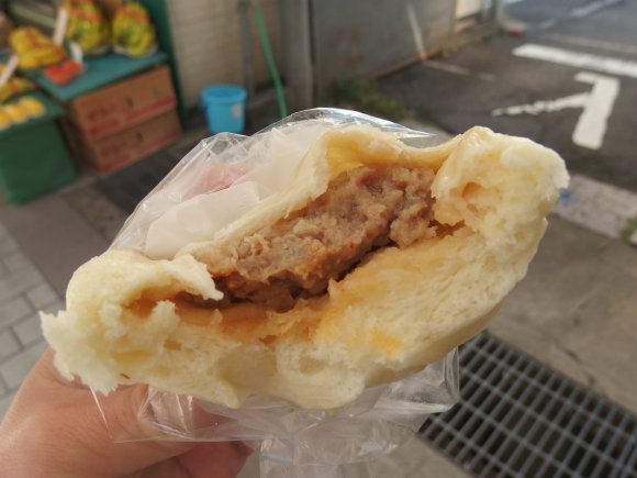 何個でも食べられそう!ジューシーな肉汁溢れる1つ100円の激安豚まん