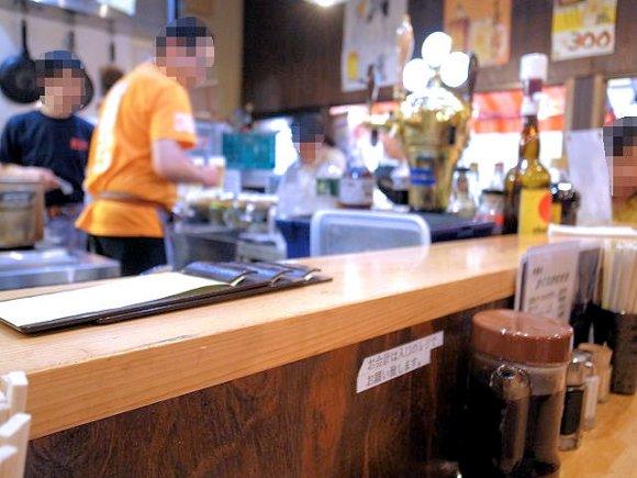 夕方にはサラリーマンで賑わう店!人気立呑み屋の「ベーコンエッグかつ」