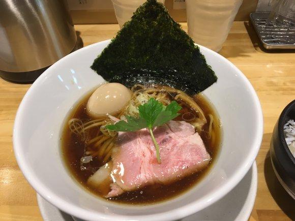 製麺工場の片隅で味わう!魚介系スープに山椒を合わせる革新的な中華そば