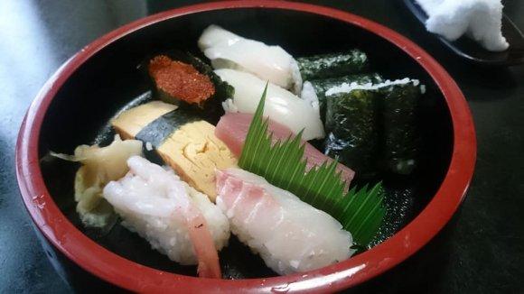 寿司屋なのに大盛・味噌汁お代わり無料!650円とは思えないランチ寿司
