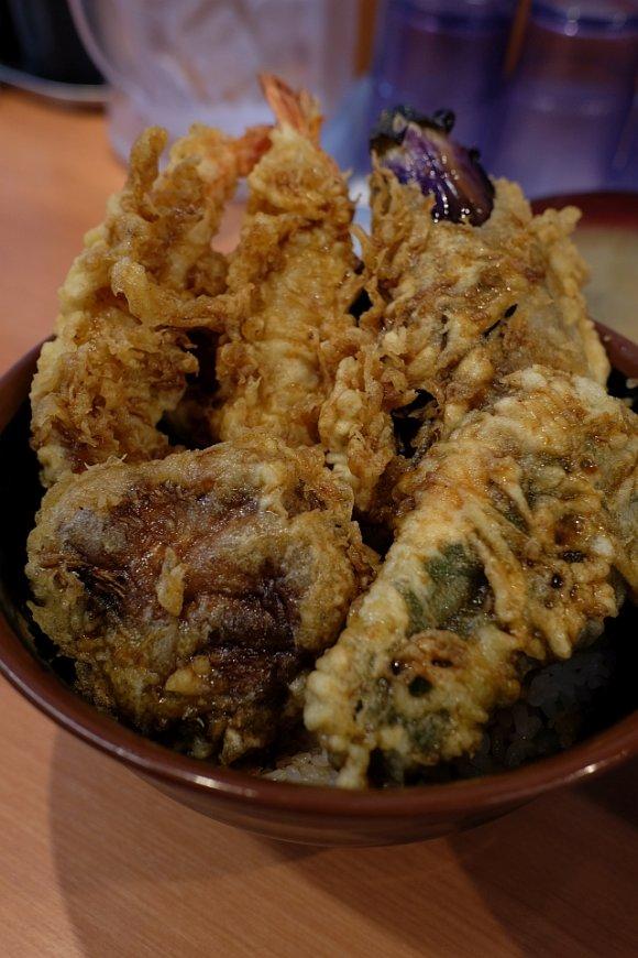 巨大な海老天がはみ出て鎮座!デカ盛り好きなら行くべき「天ぷら 豊野」