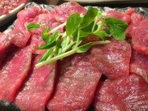 赤身好きには堪らない!皿からはみ出んばかりのランプ肉・ホルモンが旨い