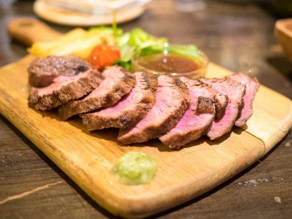 ワイングラスで飲み放題の地酒を愉しむ!魚も肉も美味しい日本酒バル