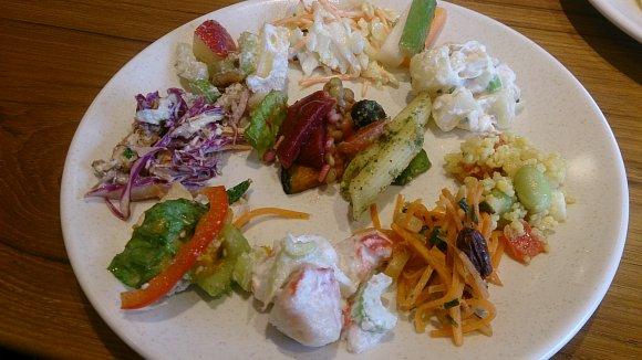 世界で愛される味!本格グリル&食べ放題の超豪華サラダバー