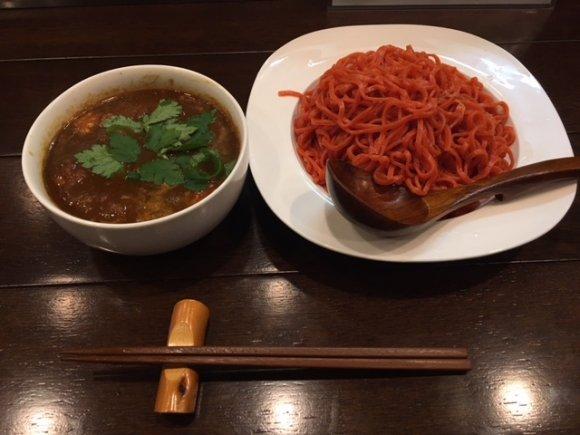 真っ赤な麺をカレースープに!辛さがクセになる「トマトカレーつけ麺」
