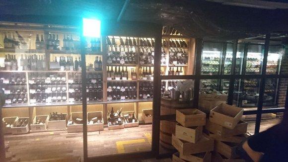 1980円でワインセラーのワインも全て飲み放題!熟成焼肉と楽しめる店