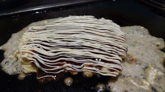皿からはみ出すほど海鮮モリモリ!看板メニュー「こぼれもんじゃ」が凄い