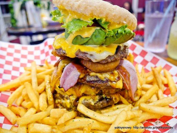 ビールと合い過ぎる!超巨大ハンバーガー3種をハワイ発の人気店で実食!