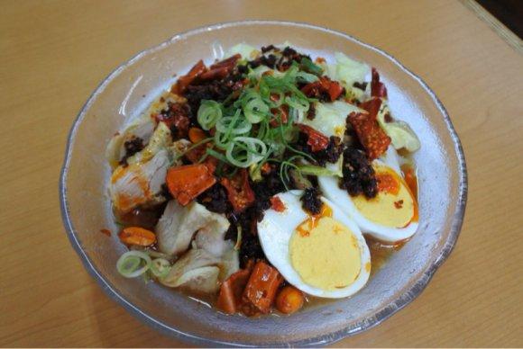 赤トウガラシがポイント!人気店の旨辛が癖になる新メニュー「四川冷麺」