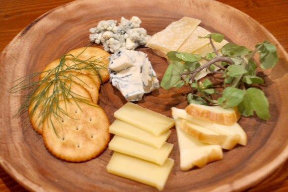 まるで雪山!?希少なチーズが目の前で削られる「ホワイトボロネーゼ」