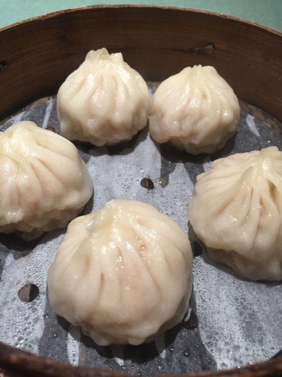 蟹みそがジュワッと滲み出す!横浜中華街で食べたい「上海蟹みそ小籠包」